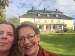 Gudrun Schyman och Åsa Lundmark, turnésamordnare, hälsar på Selma på Mårbacka