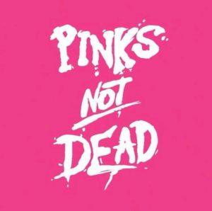 Rosa bakgrund med vit text Pinks not dead